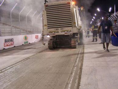 Máquina passou no Sambódromo para deixar pista com mais aderência