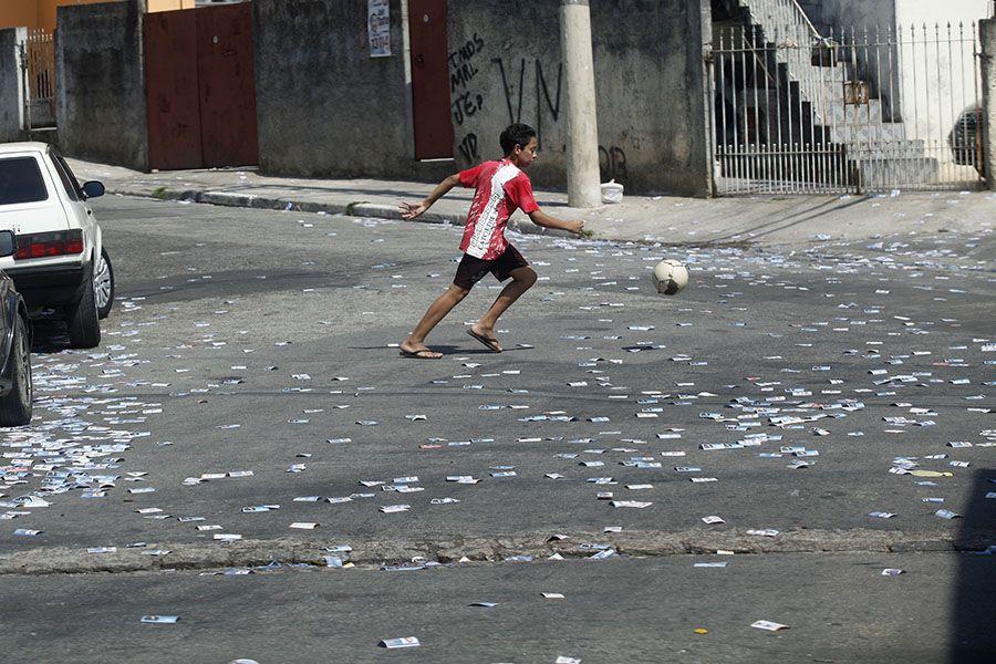 Panfletos espalhados em rua da zona sul de SP / Lucas Lima/Folhapress