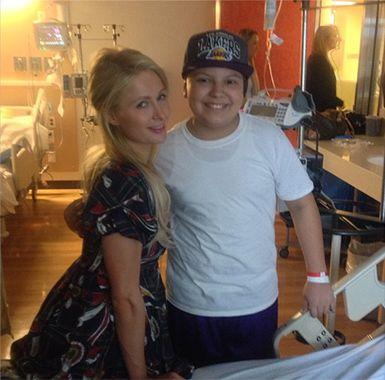 Paris Hilton com paciente do hospital / Divulgação/Twitter oficial