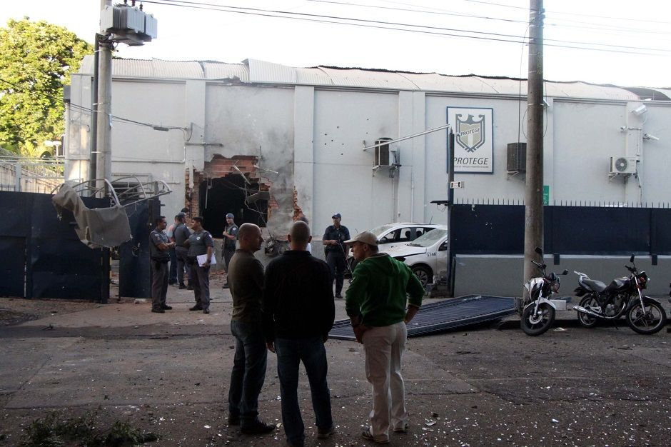Bandidos abriram um buraco na sede da empresa, além de disparar inúmeras vezes / Wagner Souza/Futura Press/Folhapress