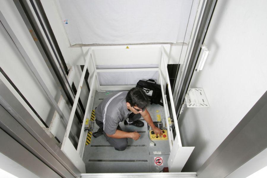 Peças e componentes responsáveis pela segurança do passageiro e bom funcionamento do equipamento são avaliadas durante a manutenção