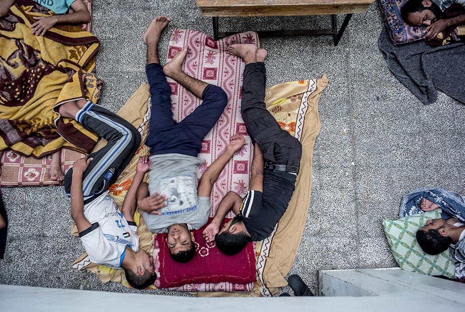 Milhares de famílias palestinas foram obrigadas a se refugiar em pátios de escolas