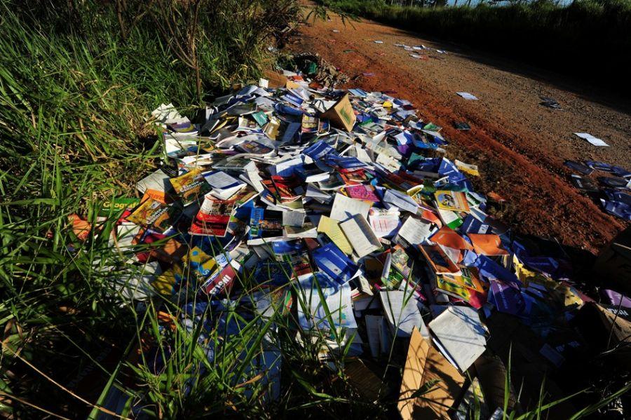 Quase todos os livros abandonados, alguns novos e outros usados, eram para os ensinos médio e fundamental / LUCAS LACAZ RUIZ / AE