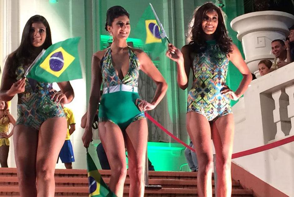 Em clima de Copa, candidatas desfilam em trajes de banho