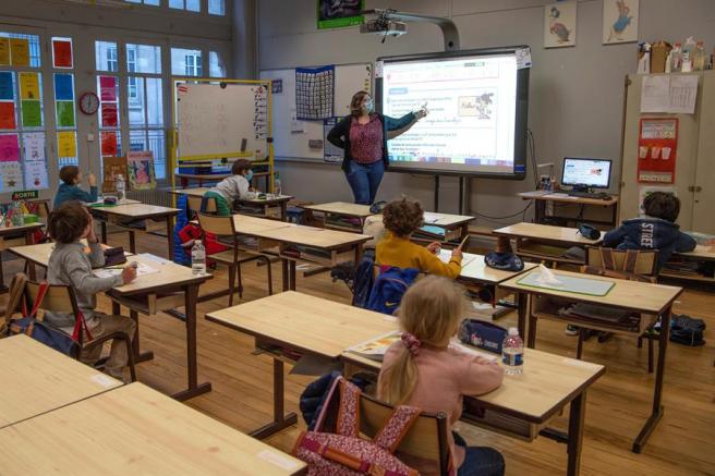 Una clase de primaria en un colegio de Burdeos (Francia), con el cupo de alumnos reducido por la pandemia del coronavirus.