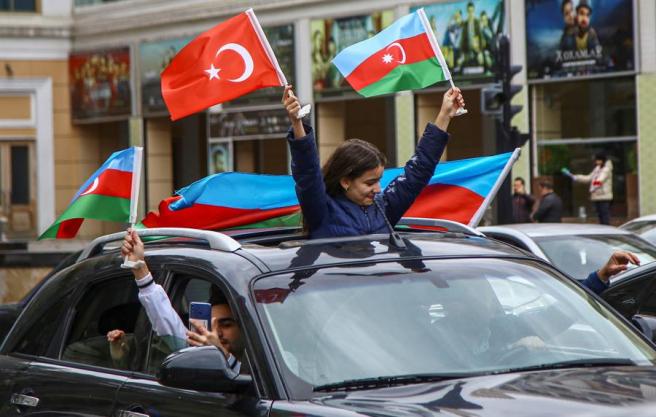 Azeríes celebran en Bakú la captura por parte de Azerbaiyán de la ciudad de Shushi, o Shushá, en Nagorno Karabaj.