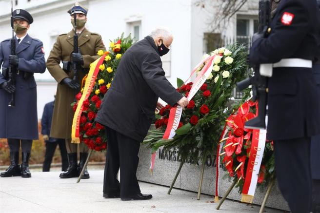 Ofrenda floral por el Día de la Independencia en Polonia.