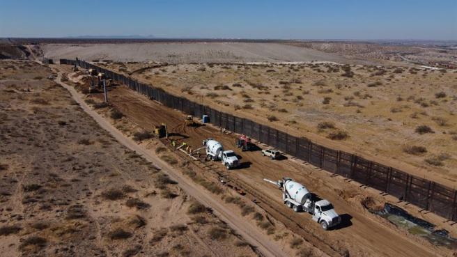 Trabajos para reemplazar el muro metálico colocado en la administración del expresidente de EE UU Barack Obama por uno más alto ordenado por el expresidente Donald Trump, en Ciudad Juárez, Chihuahua (México).