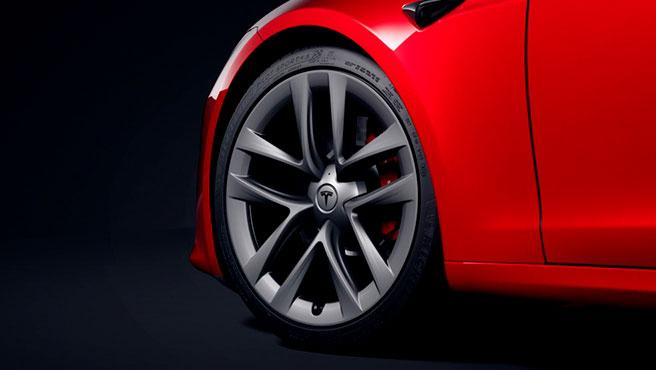 Las ruedas y neumáticos están escalonados y centrados con el rendimiento.
