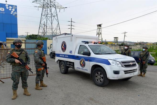 Una ambulancia traslada el cadáver de un recluso, muerto durante un motín en la cárcel Libertad Zonal 8, en Guayaquil (Ecuador).