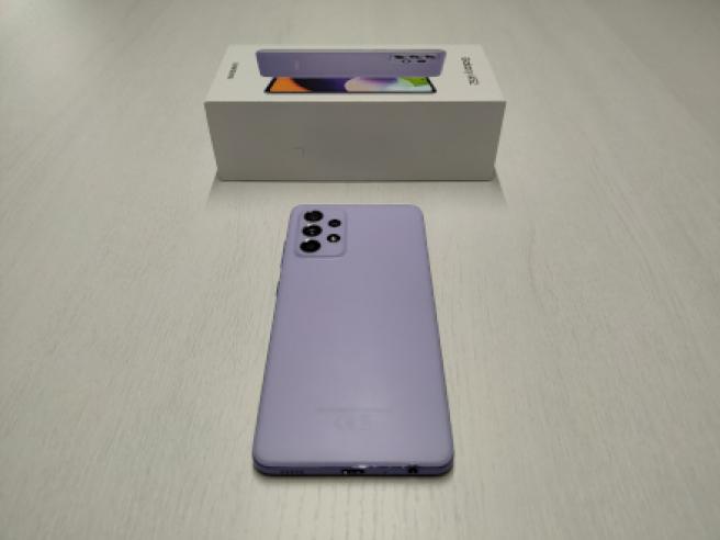 El Samsung Galaxy A52, con su caja al lado