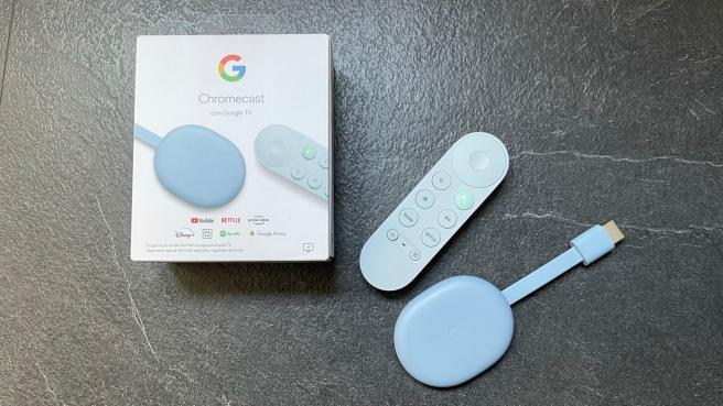 El Chromecast con Google TV está disponible en color blanco, salmón y azul, con el mando a juego con el tono elegido.