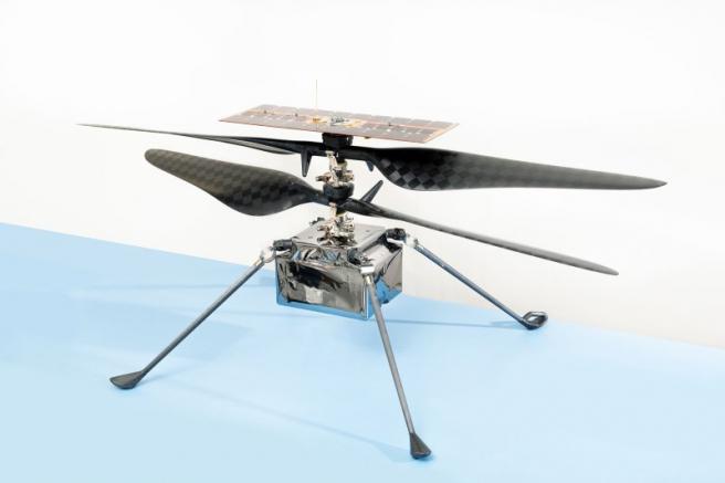 El helicóptero más genial de la tierra en realidad no está cerca de la Tierra. Está ubicado en el vientre del rover Perseverance.