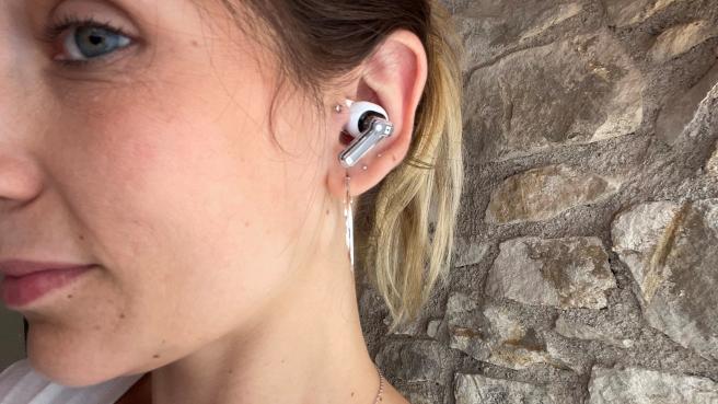 Los ear (1) de Nothing son muy cómodos de llevar.