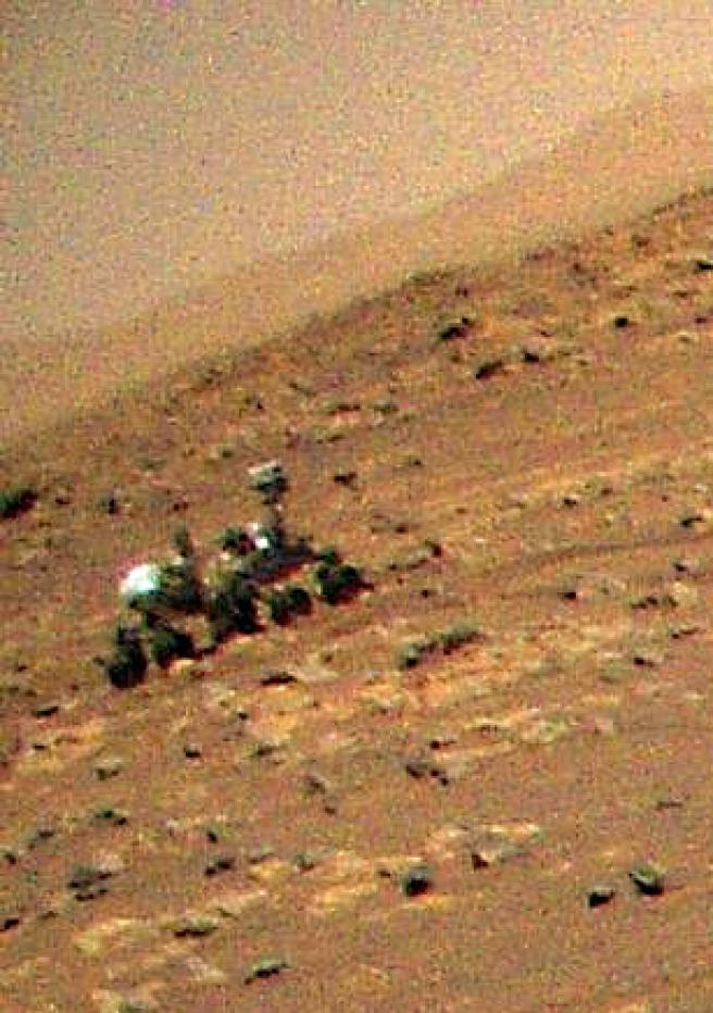 Imagen ampliada del Rover Perseverance según las vistas del Ingenuity.