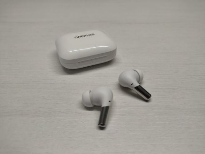 Los OnePlus Buds Pro en color blanco brillante