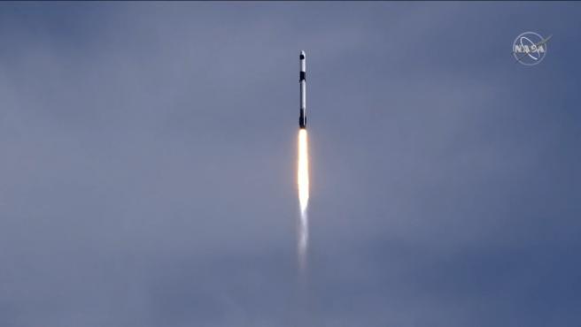 La Dragon 2 Cargo Capsule a bordo del cohete Falcon 9.