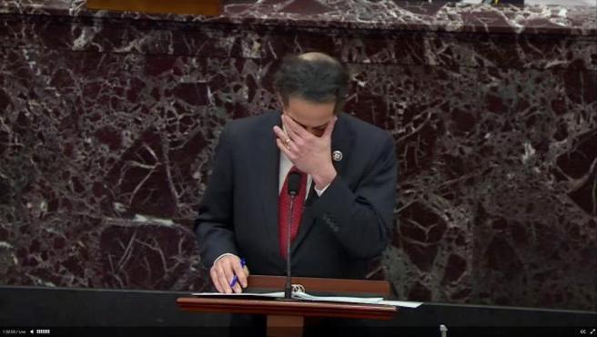 Jamie Raskin, líder de los legisladores demócratas que ejercen como fiscales en el 'impeachment' a Donald Trump, reacciona emocionado durante la primera jornada del juicio político al expresidente en el Senado de EE UU.