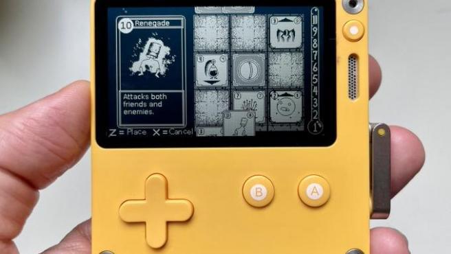 El dispositivo es increíblemente pequeño, mide 74 × 76 × 9 mm, con una pantalla de 2,7 pulgadas.