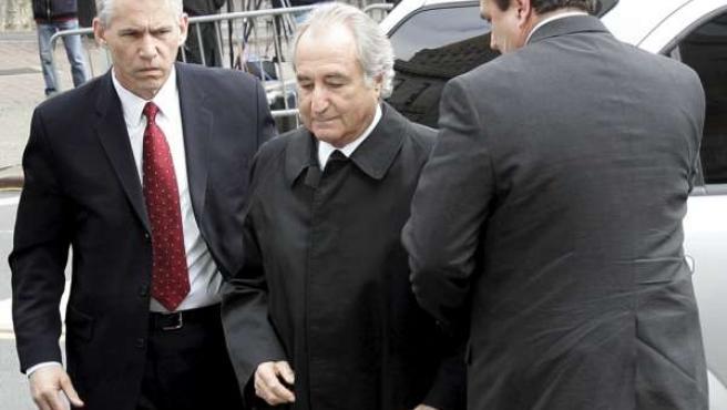 Bernard Madoff, a su entrada este martes a la Corte Federal de Manhattan, en Nueva York. (REUTERS)