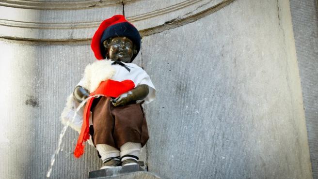 El Manneken Pis vistió la indumentaria tradicional de pastorcillo catalán, con una barretina y un fajín rojo, en una acción promovida por el Casal Català de la capital belga con motivo de la celebración de la Diada.