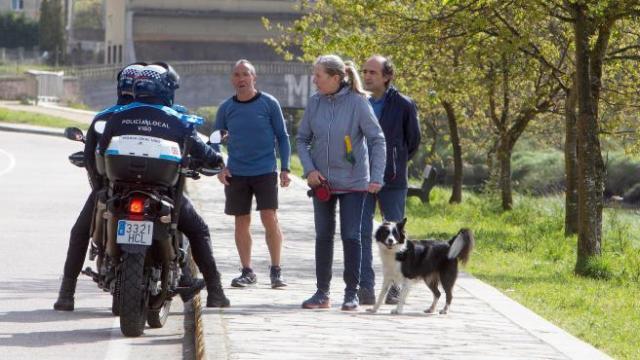 La Policía Municipal de Vigo advierte a los paseantes que tienen que recogerse en casa este domingo tras decretarse el estado de alarma.