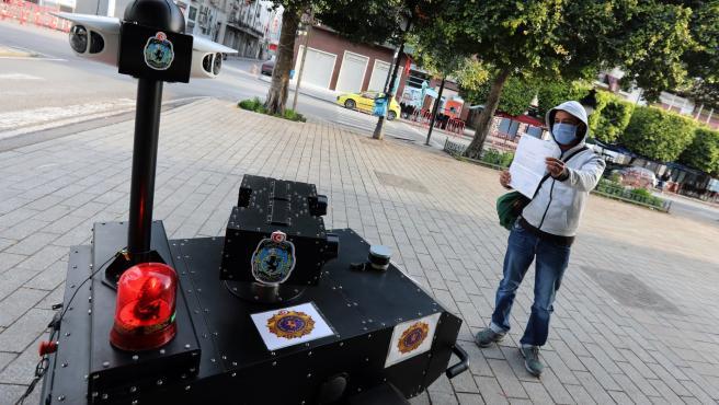 Un robot policial en Túnez verifica el permiso de salida de un ciudadano
