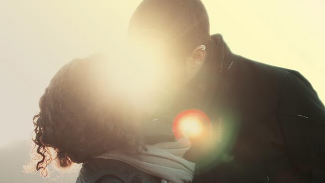 Una pareja besándose.