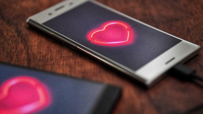 El sexting consiste en enviar mensajes sexuales, eróticos o incluso pornográficos con el móvil.