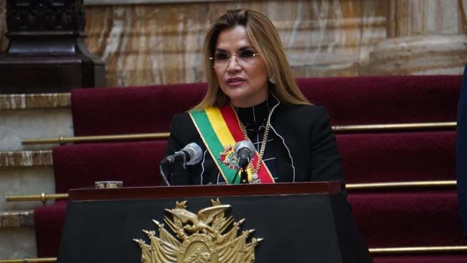La presidenta interina de Bolivia, Jeanine Áñez, durante su discurso en el 195 aniversario de la independencia del país.