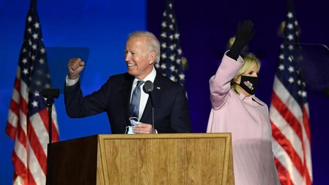 El candidato demócrata a la presidencia de Estados Unidos, Joe Biden, con su esposa, Jill Biden, en la noche electoral.