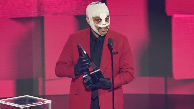 The Weeknd, recogiendo su premio en los American Music Award.