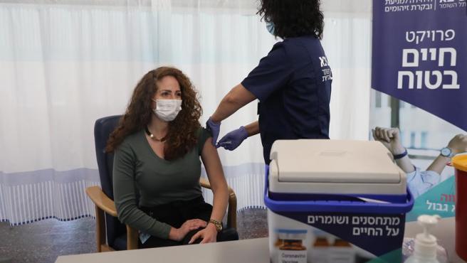 Una enfermera realiza un ensayo de vacunación contra la COVID-19 en Ramat Gan, Israel.