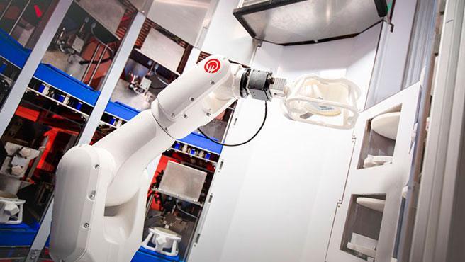 El robot se llama DK-One y es capaz de preparar varios pedidos a la vez.