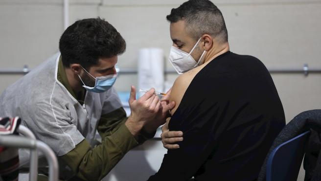 Un israelí es vacunado contra la Covid-19 en Tel Aviv, Israel.