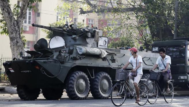 Vehículos militares desplegados en el centro de Rangún, Birmania (Myanmar).