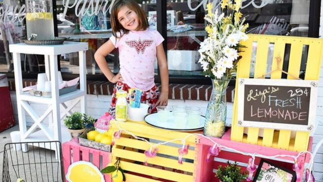 Una niña de 7 años vende limonada para financiar su propia cirugía cerebral en EEUU