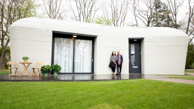Harrie Dekkers y Elize Lutz en su nueva casa impresa en 3D.
