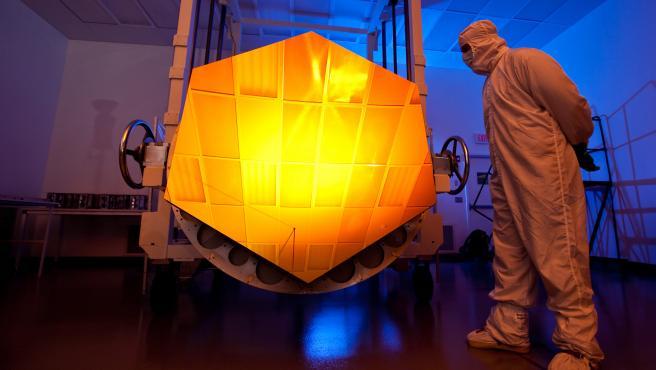 Uno de los segmentos del espejo primario del Telescopio Espacial James Webb, recubierto de oro.