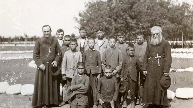 Sacerdotes católicos con internos, en la escuela residencial para niños indígenas de St. Michael, en Duck Lake, Saskatchewan (Canada), en una foto de 1900.