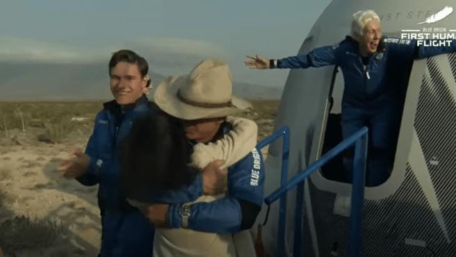 Bezos y el resto de la tripulación salen de la cápsula después del exitoso vuelo.
