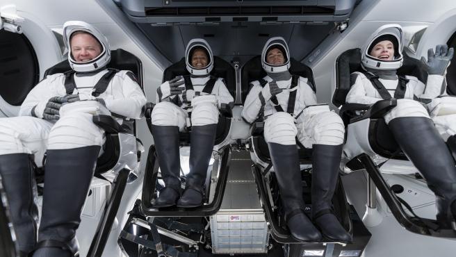 La tripulación de Inspiration4 durante un ensayo completo de las actividades del día del lanzamiento.