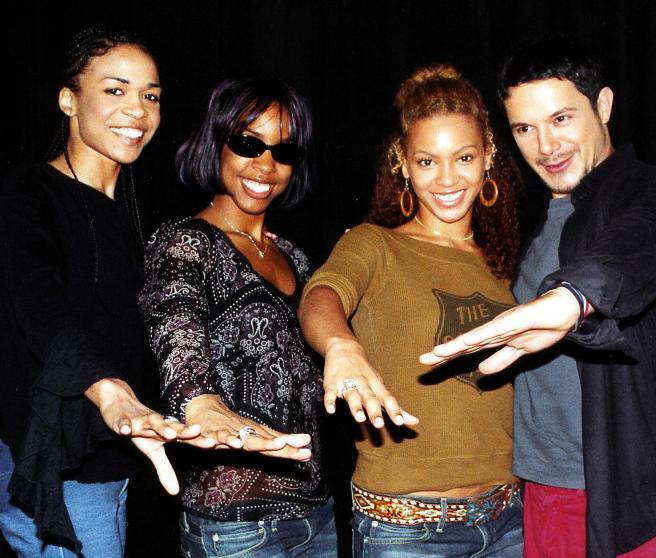 Destiny's Child y Alejandro Sanz posan en los Grammy de 2002.