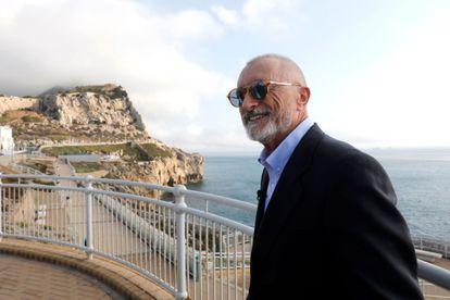 Pérez-Reverte, con la bahía de Algeciras de fondo.