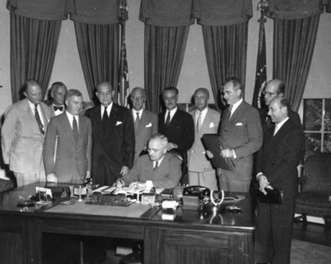Henrik Kauffmann, second from left, at the White House, at the signing by President Harry S. Truman of the creation of NATO in August 1949.