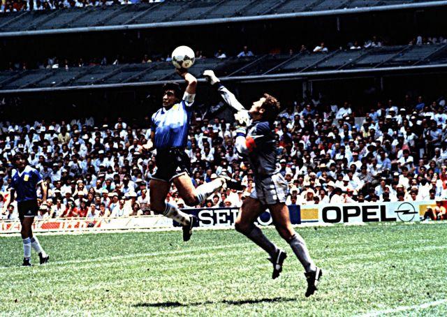 Partido de cuartos de final del Mundial de México 1986. Argentina 2-Inglaterra 1. En la foto, Maradona marca el gol conocido como la mano de Dios, por haberlo conseguido con la mano, ante el portero inglés Peter Shilton.