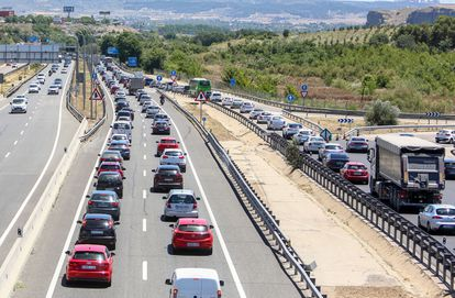 Tráfico en la A-3 durante el primer día de la primera Operación Salida del verano 2021, este viernes en Madrid.