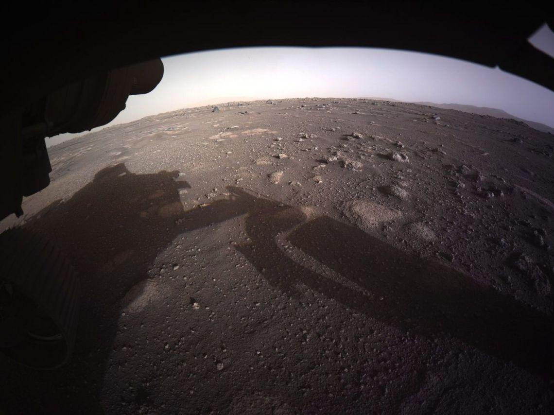 Primera foto color y de alta resolución enviada por 'Perseverance' desde el planeta rojo.