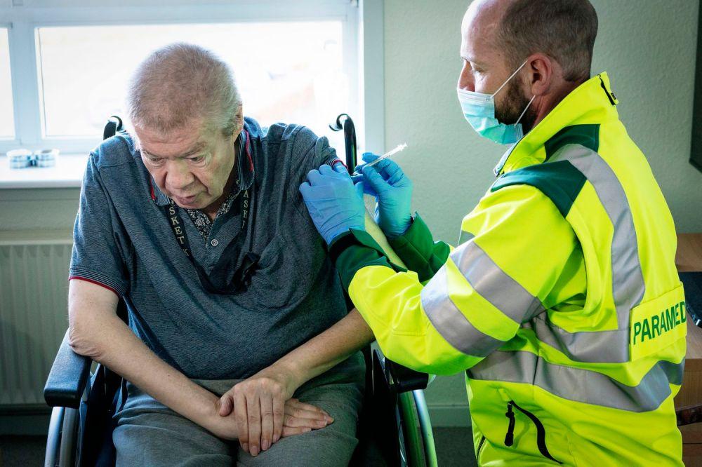 Un hombre de 67 años es vacunado contra la covid-19 en Dinamarca, el 5 de marzo.