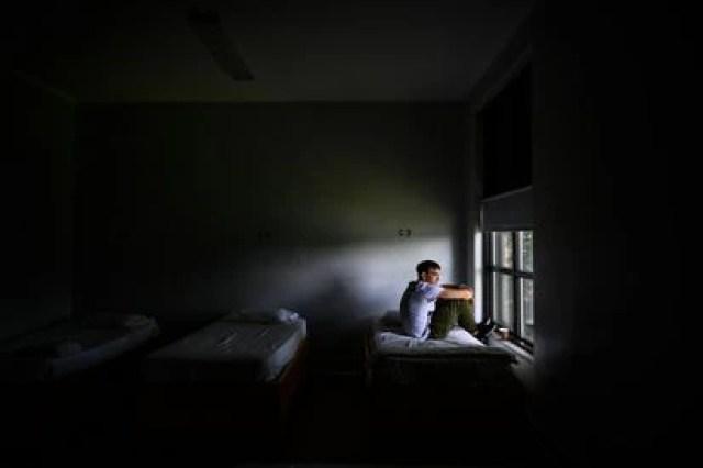 Un hombre mira por la ventana en un centro de rehabilitación, luego de ser ingresado por una sobredosis de fentanilo en Massachusetts, Estados Unidos, en junio de 2019.